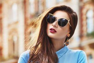 Kenakan kacamata hitam — 9 Tips Cara Agar Awet Muda dan Kulit Kencang