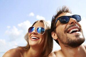 Senyum yang indah dan gigi yang putih membuat Anda terlihat lebih muda